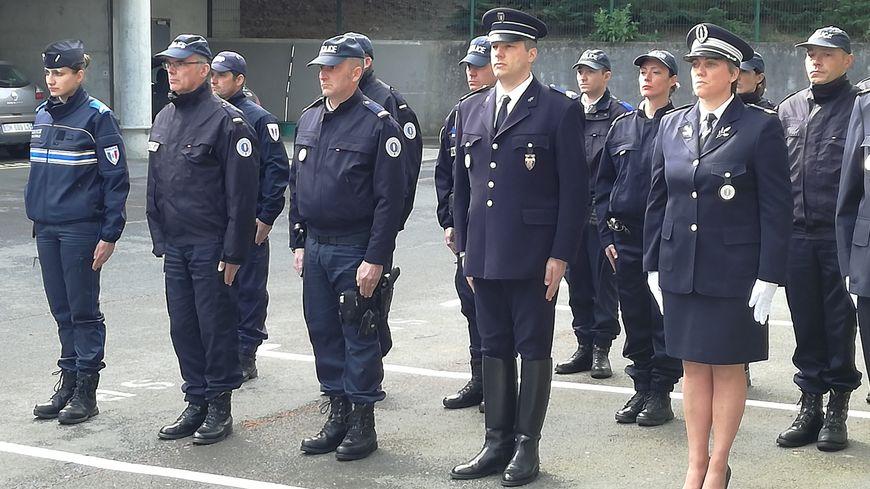 Cérémonie d'hommage au policier tué sur les Champs-Elysées, ce mardi 25 avril au commissariat de Saint-Lô