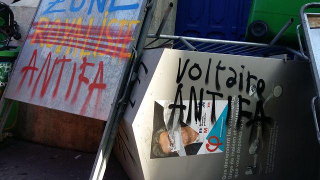 Devant le lycée Voltaire, dans le XIème arrondissement