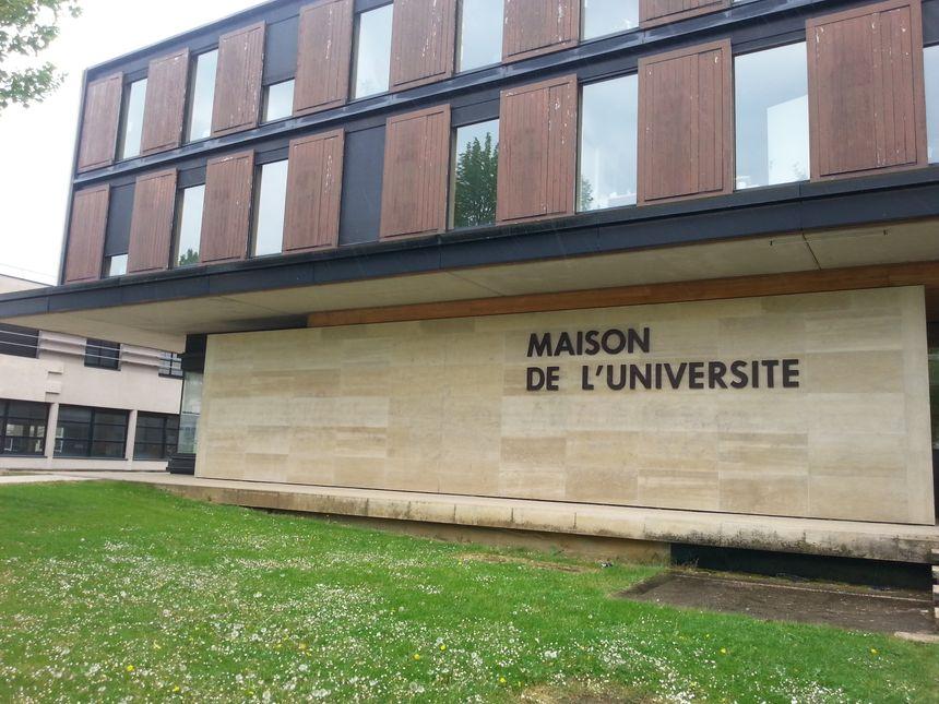 Sur le campus dijonnais de l'Université de Bourgogne, les réactions sont mitigées après l'appel à votre contre le FN lancé par Alain Bonnin