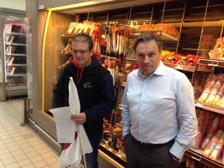 Fabrice Faure le directeur du Leclerc de Trélissac à côté du président des JA Sébastien Le Chevalier