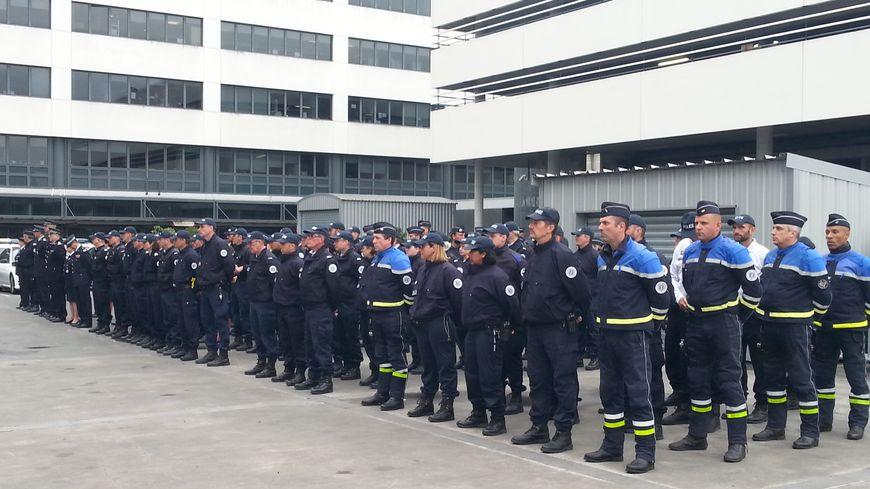 Les policiers dans la cour de l'Hôtel de Police de Bordeaux