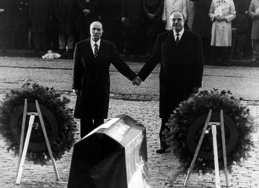 Le Chancelier Helmut Kohl et le président français François Mitterrand, lors d'une commémoration des morts de la Première Guerre mondiale à Douaumont (le 22 septembre 1984)