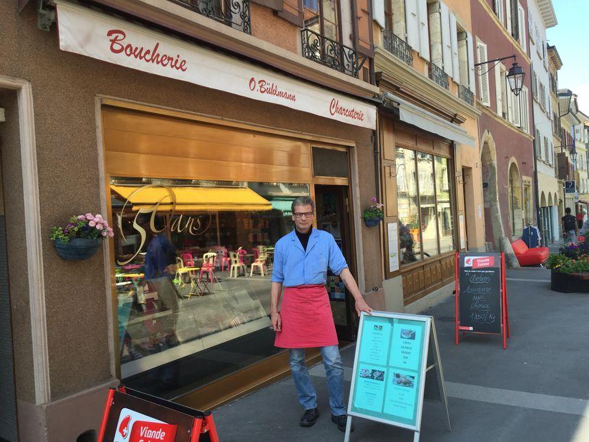 Olivier Bühlmann devant la boucherie que ses parents ont ouvert il y a 55 ans à Orbe en Suisse