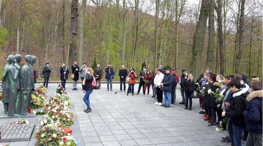 Les élèves ont participé à une cérémonie du souvenir avec Nelly Ducatel, dont le père est mort à Dora.