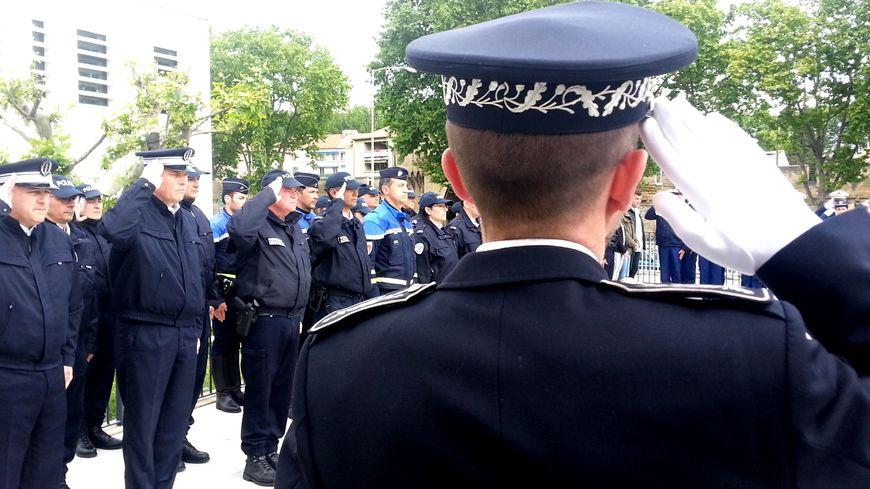 Policiers, gendarmes, pompiers, douaniers et policiers municipaux ont observés une minute de silence