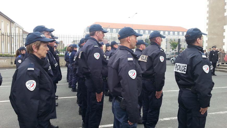 Les policiers ont respecté une minute de silence en mémoire de leur collègue tué