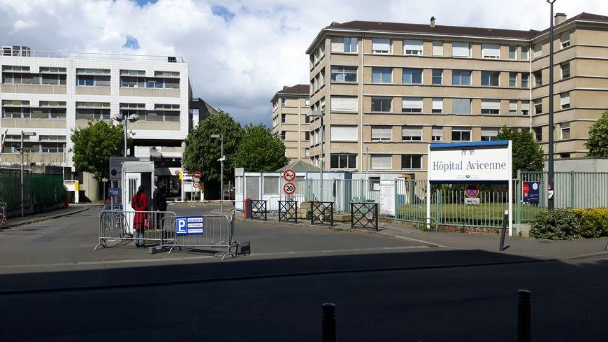 L'entrée des véhicules à l'hôpital Avicenne : une des deux barrières est en panne.