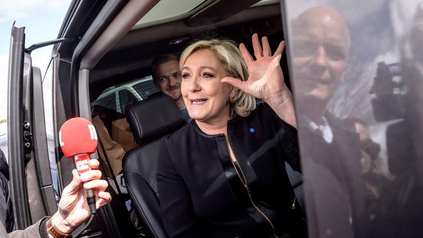 Marine Le Pen après sa visite sur le site de l'usine Whirlpool, à Amiens.