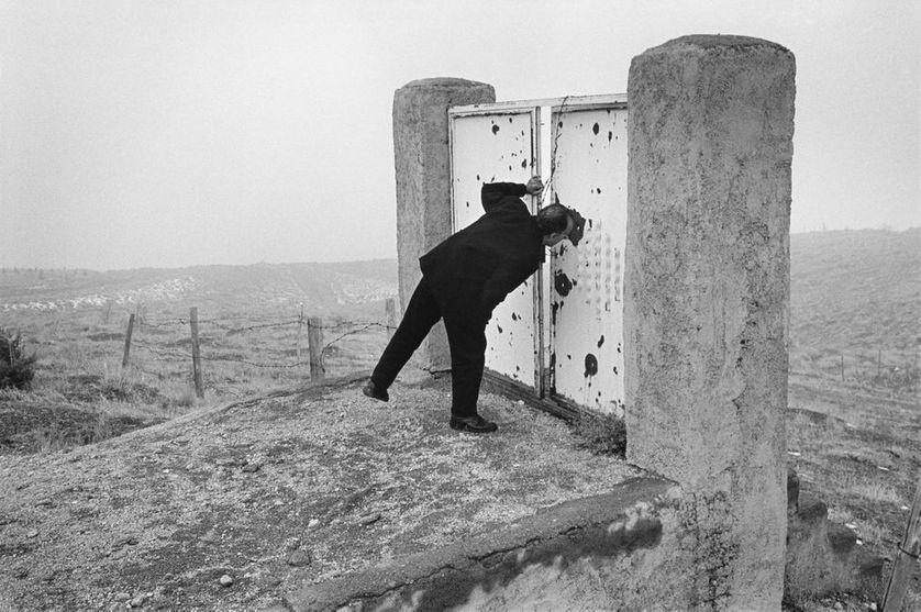 IRAN, Teheran e, 1997 Abbas Kiarostami sur le lieu de tournage du Goût de la cerise