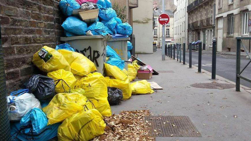 La collecte des ordures ménagères a repris ce mardi à Nantes, mais il faudra attendre jeudi de la semaine prochaine pour que le surplus soit absorbé.
