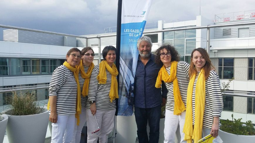 Les cinq heureuses élues entourées de leur coach, le skipper Yvan Bourgnon