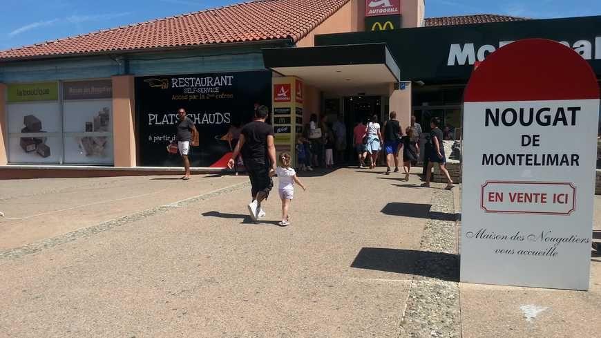 La mythique borne de la Nationale 7 pour annoncer les boutiques de nougat sur l'aire de repos de l'autoroute à Montélimar.