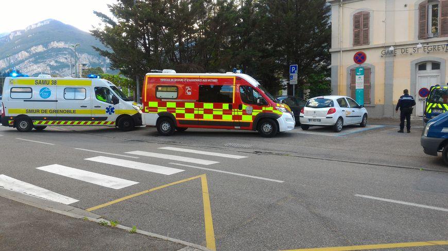 Les pompiers devant la gare de Saint-Egrève.