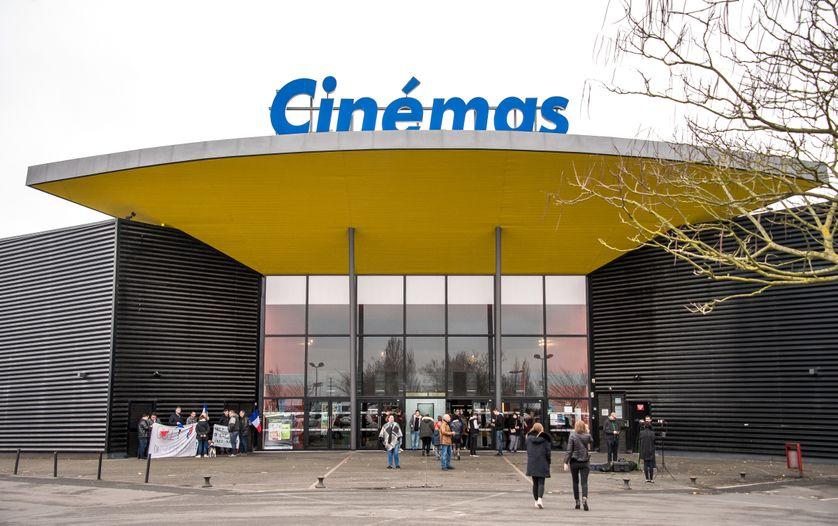 """Des partisans du Front National protestent avec des drapeaux français contre la projection du film """"Chez nous"""" de Lucas Belveaux à Hénin-Beaumont, 22 février 2017"""