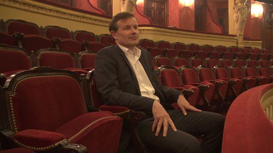 Olivier Mantei, directeur de l'Opéra Comique, assis au premier balcon de la salle Favart fraîchement rénovée