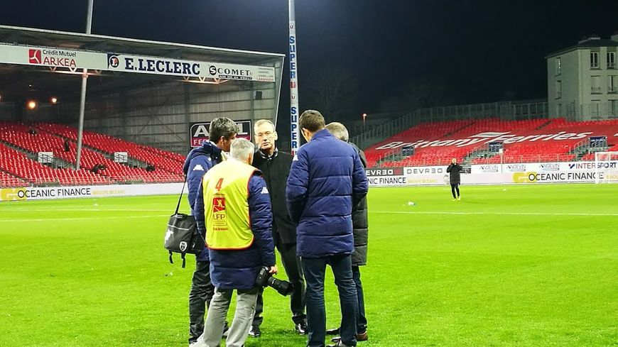 Jean-Marc Furlan, en discussion avec quelques membres de l'ESTAC, avant le match aller à Francis-Le Blé