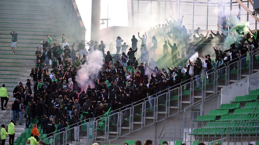 Les supporters stéphanois entrés malgré le huis clos dans le Chaudron dimanche 23 avril.