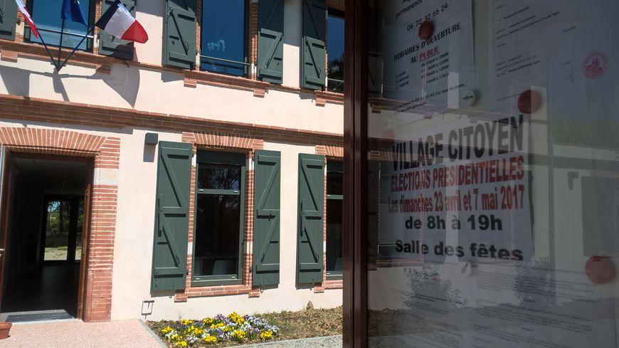"""""""Village Citoyen""""', fièrement placardé sur les panneaux municipaux de Belberaud, au sud de Labège (Haute-Garonne)."""