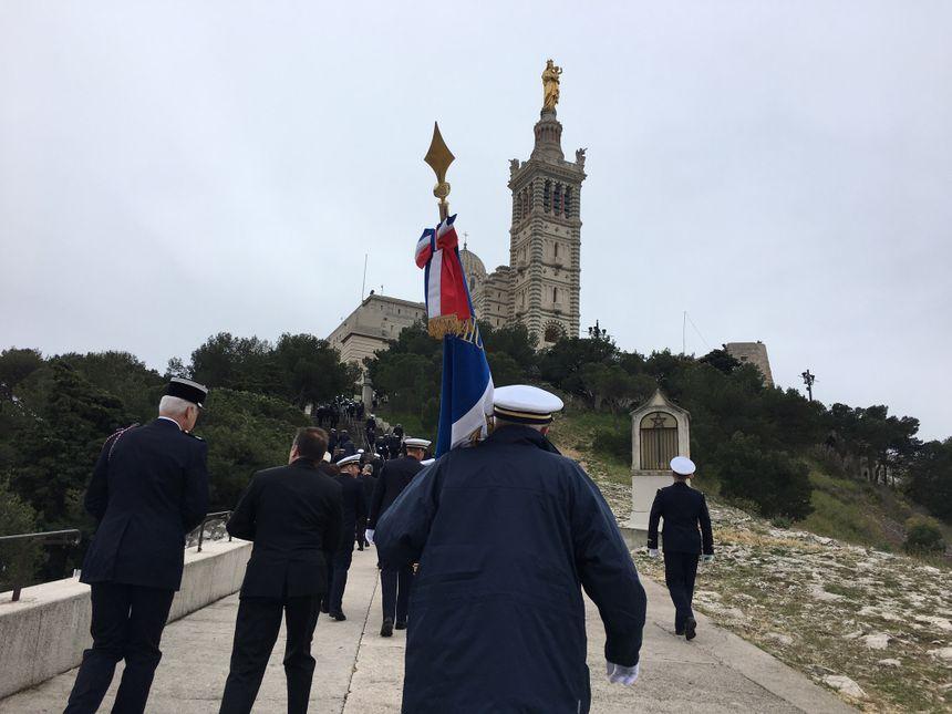 """La """"montée"""" vers Notre-Dame de la Garde avec notamment l'amicale des anciens marins-pompiers de Marseille"""