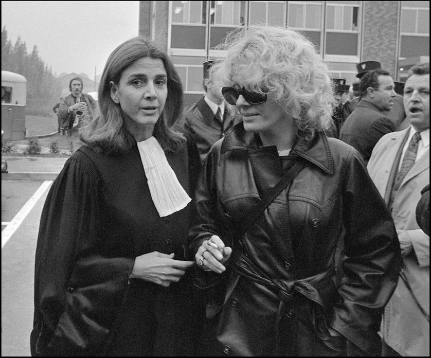 L'avocate Gisèle Halimi, en compagnie de l'actrice Delphine Seyrig, 11 octobre 1972 à Bobigny, lors du procès de Marie-Claire Chevalier, poursuivie pour avoir avorté.