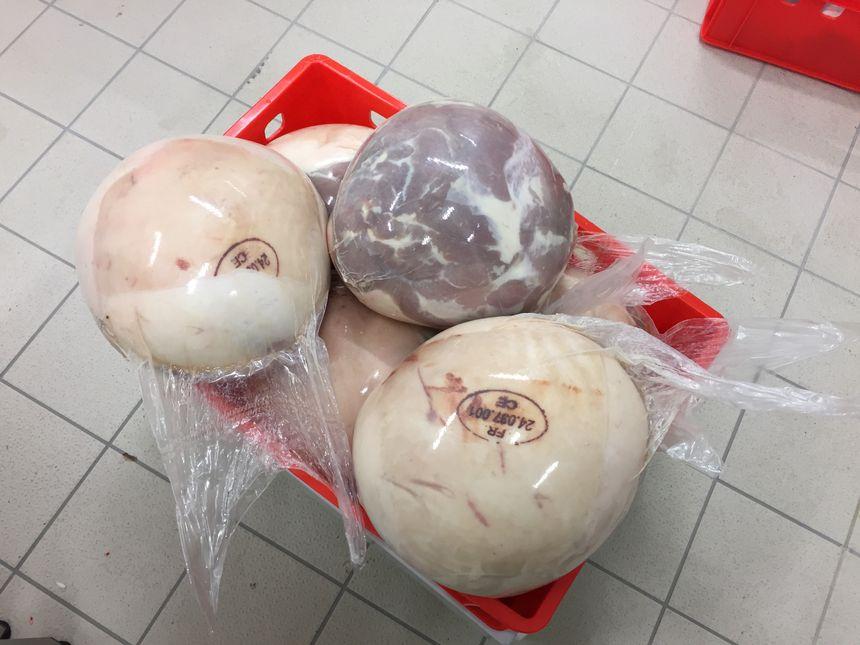Les jambons tout juste préparés par les quatre bouchers attendent d'être cuits