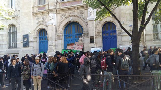 Devant le lycée Voltaire, le jeudi 27 avril