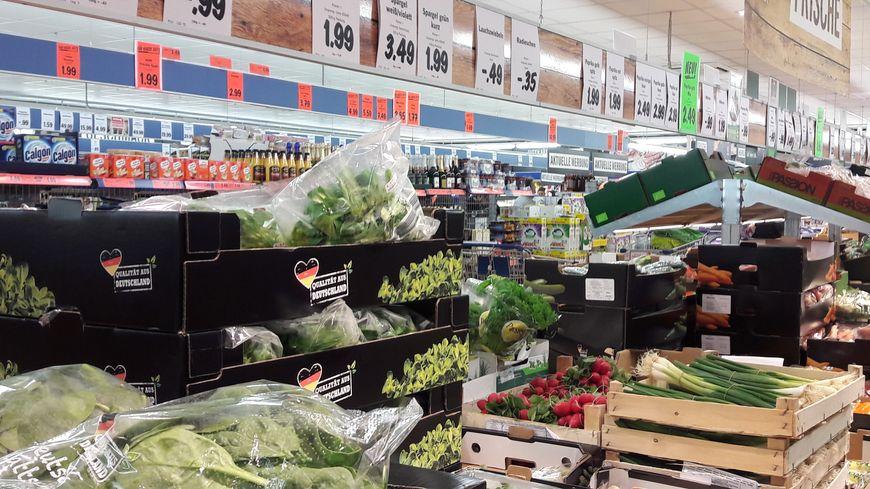 Rayon fruits et légumes dans une grande surface de Kehl, en avril 2017