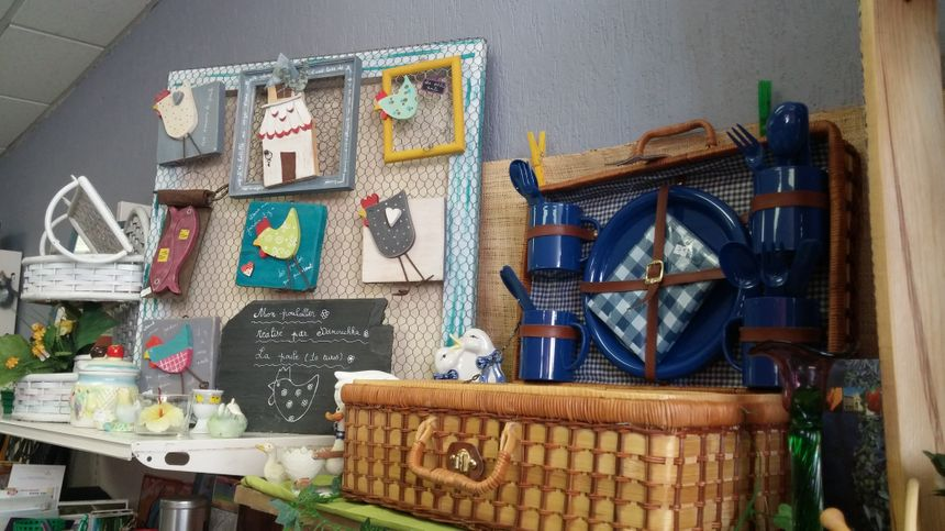 On peut acheter des objets d'occasion à très petits prix ou des objets réparés et recyclés sur place.