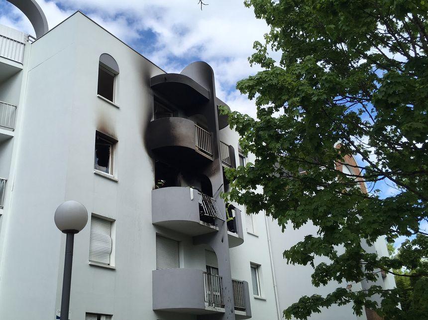 Le souffle de l'explosion a entièrement détruit l'appartement mais le reste de l'immeuble est intact.