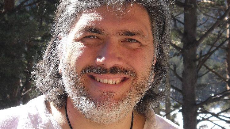 Eric Tognoni cultive des plantes qu'il transforme en huiles essentielles ou en macérations solaires.