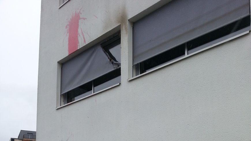 La façade de l'immeuble abritant le local du Front National à Orvault (au 1er étage), visée par des jets de peinture et de bouteilles en verre.