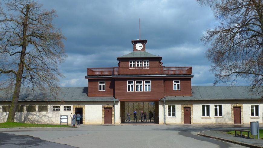 L'entrée de Buchenwald, la pendule est restée figée sur l'heure de la libération du camp, en avril 1945