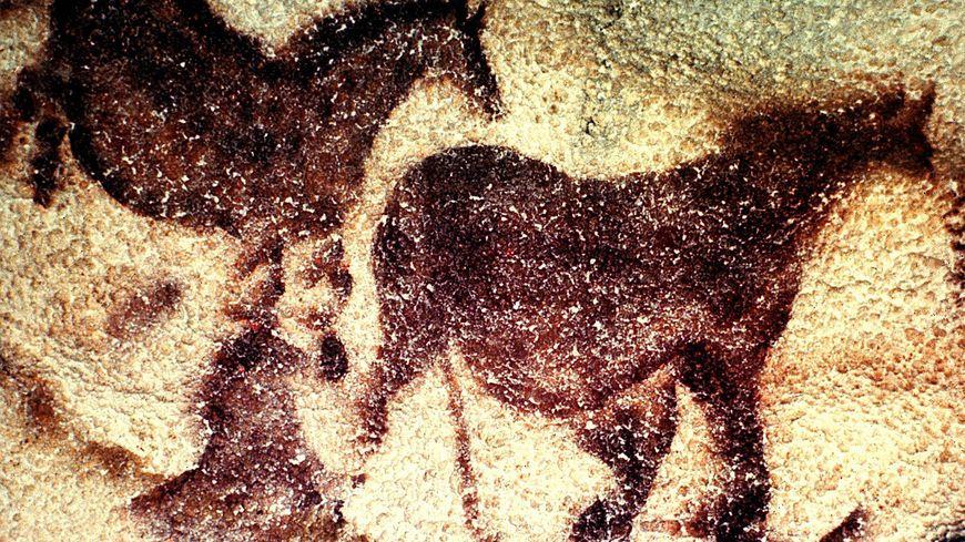 Une peinture emblématique de la grotte de Lascaux : les derniers chevaux entourant la vache qui saute