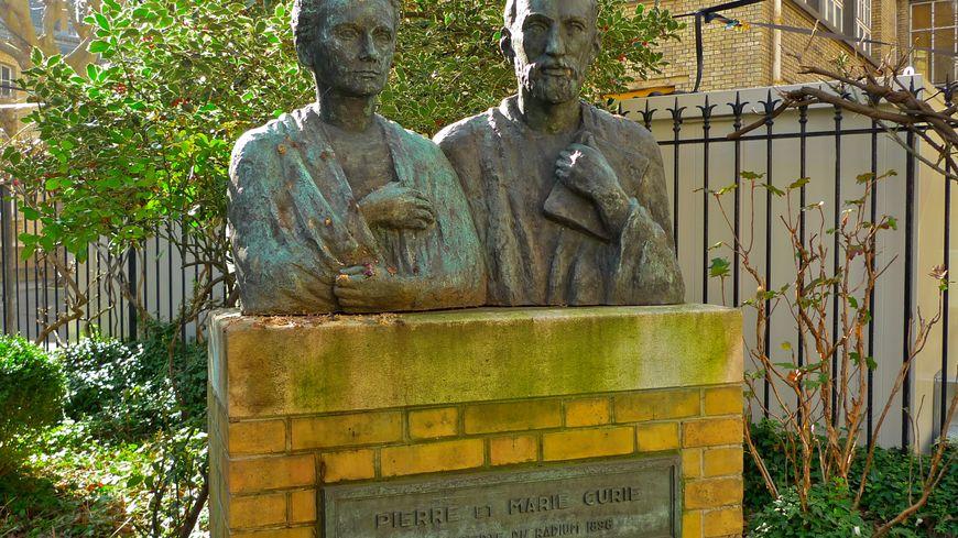 buste de Pierre et Marie Curie dans le jardin du musée Curie