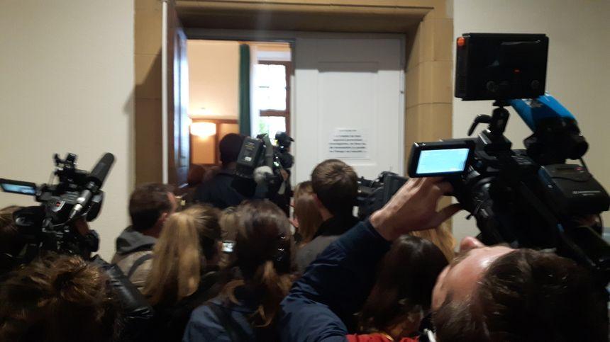 Les journalistes se pressent à l'entrée de la cour d'assises.