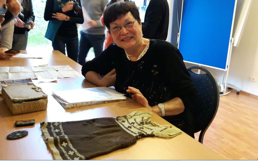 Née en captivité, Nelly Ducatel présente aux élèves sa robe de bébé tricotée par sa mère