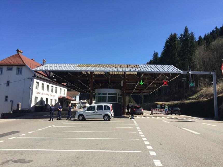 Des places de parking pour arrêter le plus de voiture possible à la douane des Pargots à Villers-le-Lac dans le Doubs