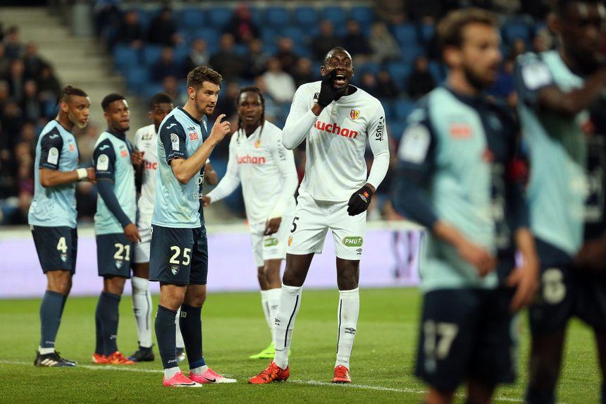 Harold Moukoudi (à gauche) a été impeccable, pour sa première titularisation en Ligue 2