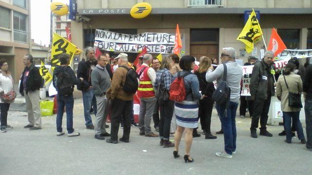 Une partie des manifestants devant le bureau de poste de Saint Ruf à Avignon
