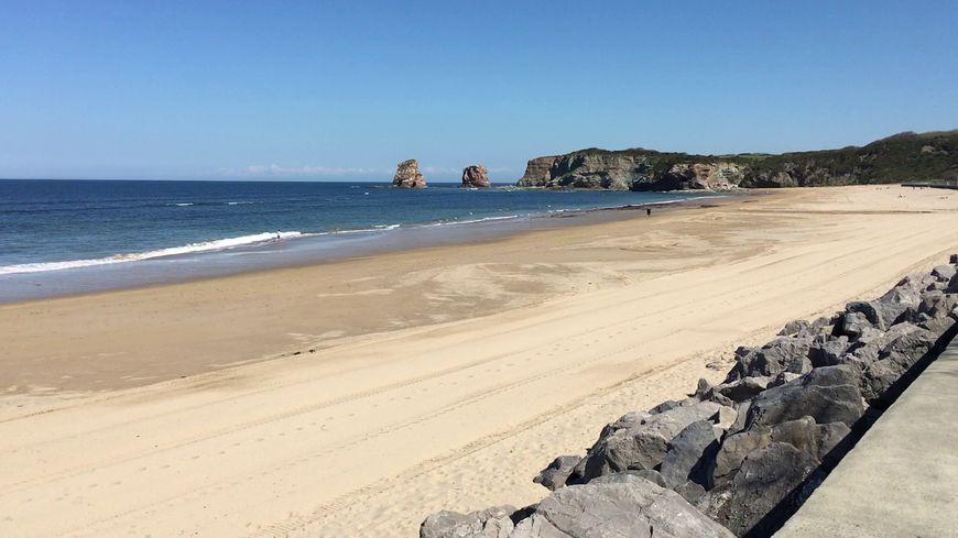 La grande plage d'Hendaye sous le soleil d'avril