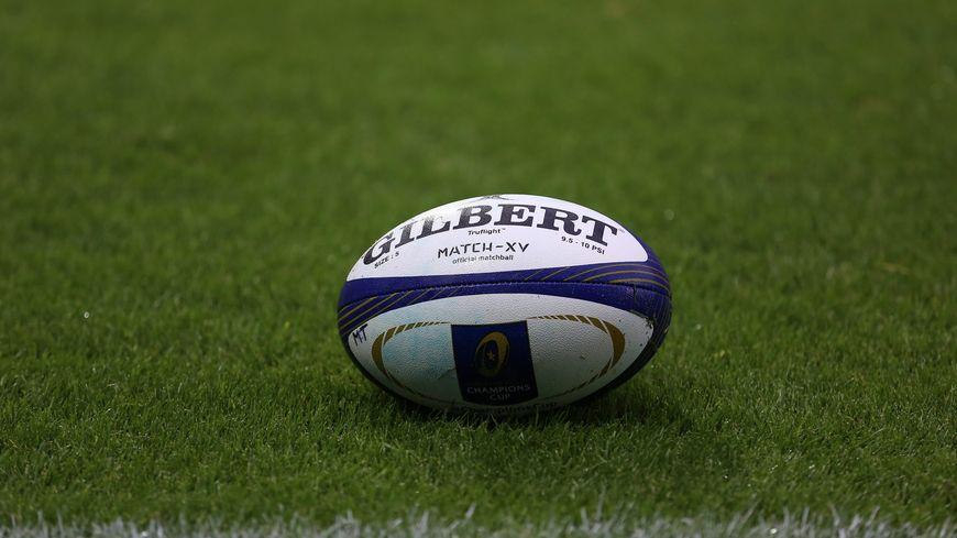 Un ballon de rugby.