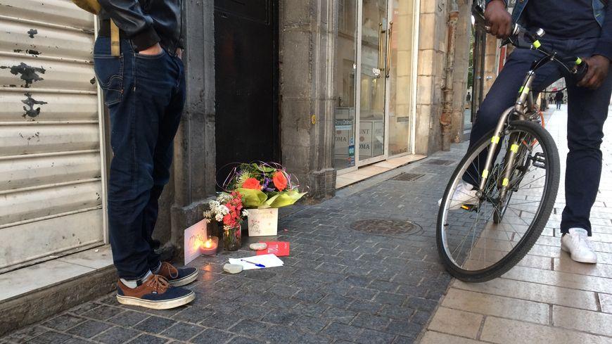 """Des cartes et des fleurs devant l'entrée de la discothèque où a été mortellement frappé un videur du """"Styl"""""""