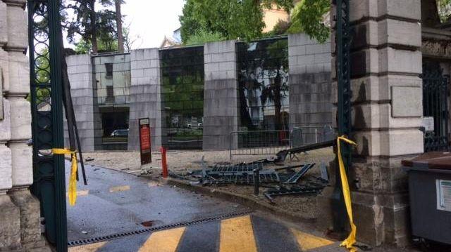Le débris du portail de la préfecture de la Savoie