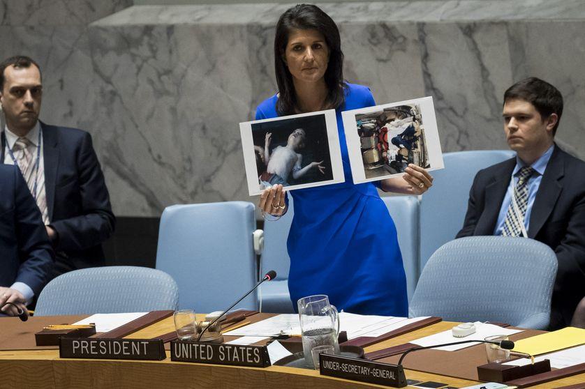 L'ambassadrice américaine à l'ONU Nikky Haley montre au Conseil de Sécurité les photos de l'attaque chimique de Khan Cheikhoun en Syrie (5 avril 2017)