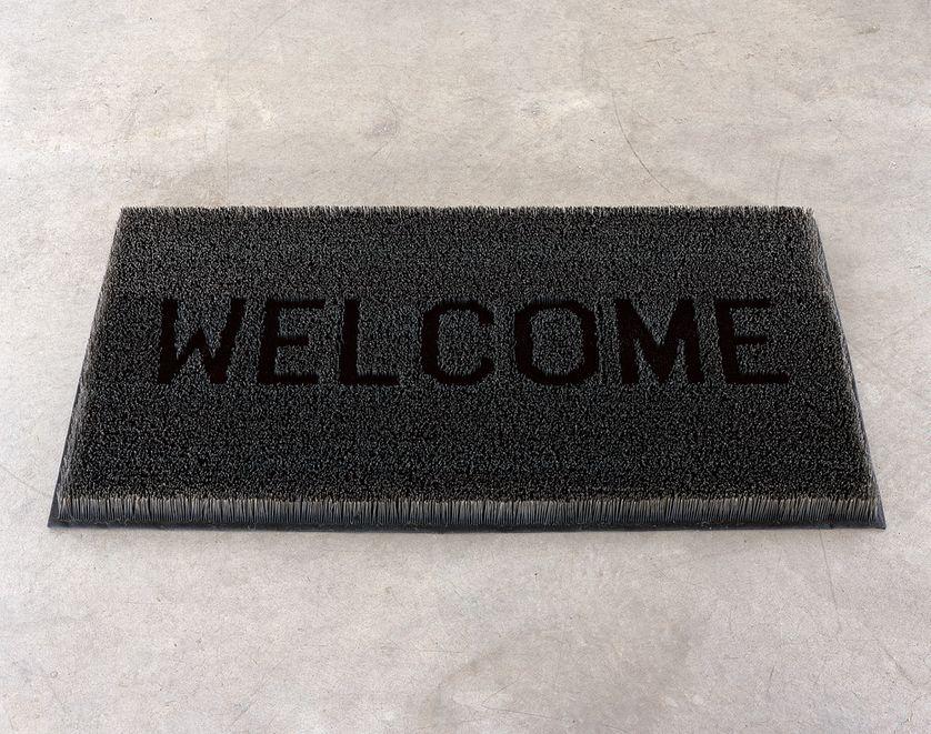 """""""Welcome"""", une œuvre de l'artiste Mona Hatoum, un paillasson fait d'aiguilles"""