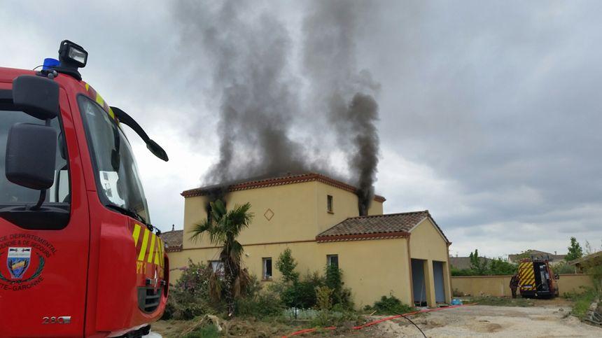 Le feu est déclenché par les pompiers à partir de palettes de bois