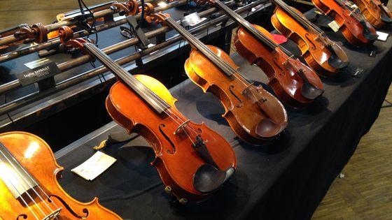 Pour se faire connaître, de nombreux luthiers viennent présenter leur travail à Musicora