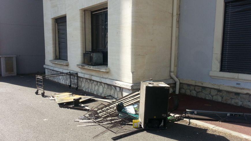 La salle de repos du personnel du bloc opératoire de la clinique au rez-de-chaussée a été vidée à l'extérieur des ses meubles et matériel