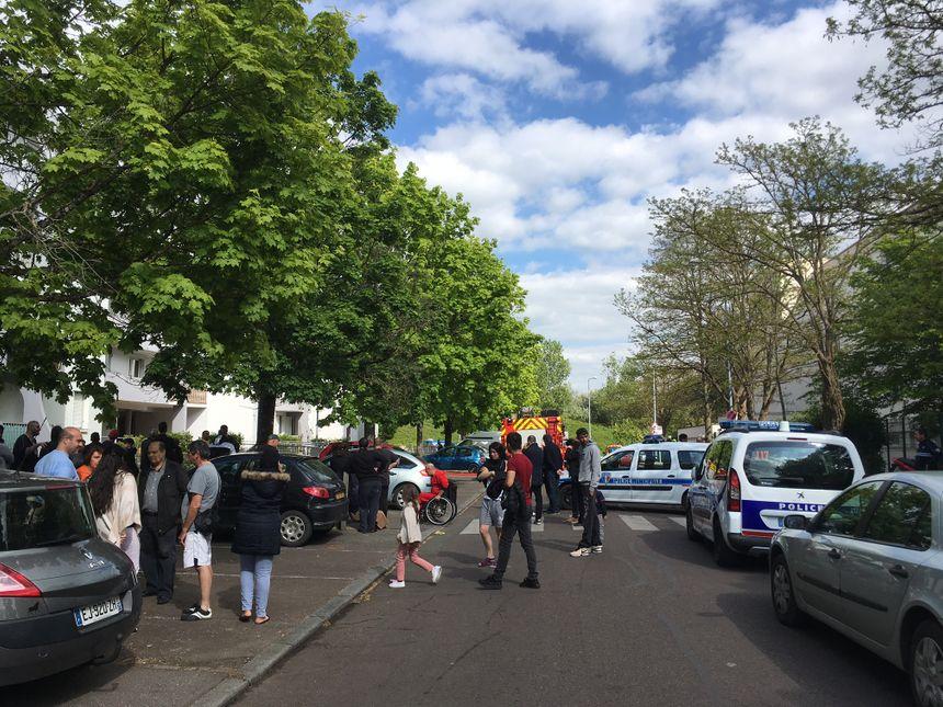 La rue et quelques autres autour ont été bouclées quand la tension est montée avec les habitants.