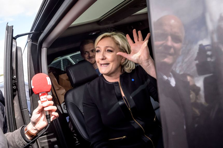 Après une visite surprise aux salariés de Whirlpool à Amiens, Marine Le Pen repart